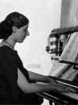 Mathilde Hofer am Klavier / Mathilde Hofer at the piano